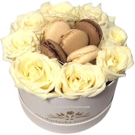 """Цветы Коробка роз и макарун """"Рим"""""""