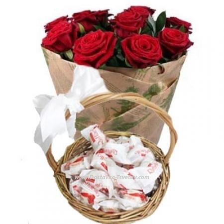Розы и рафаэлло в корзине