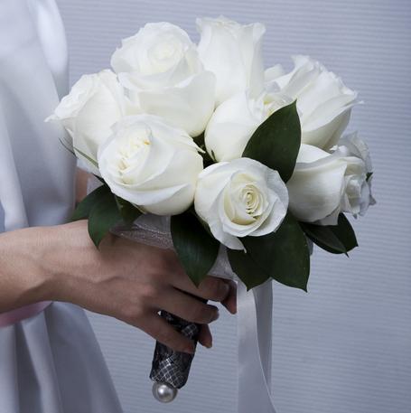 Свадебный букет из белых молодых роз и пионовидных #15