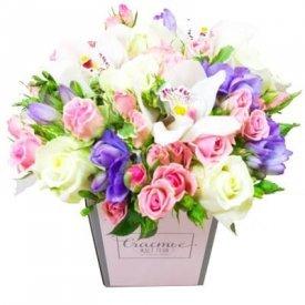 купить цветы в коробке в москве