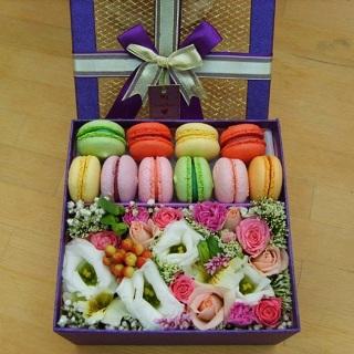Цветы и макаруны в коробке с доставкой